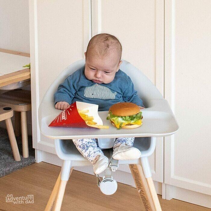 Мама просила не забыть покормить младенца. Папа не забыл
