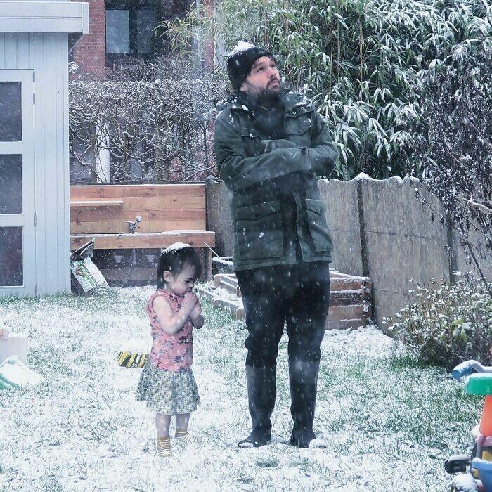 Ребенок впервые видит снег, а папа нет - вот и вся разница