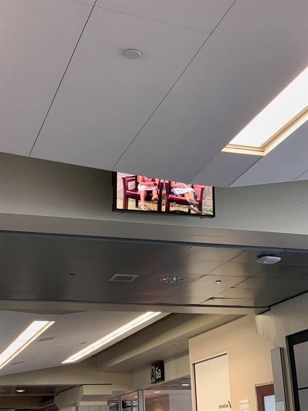 Нам сказали, что мы можем посмотреть телевизор в зале ожидания