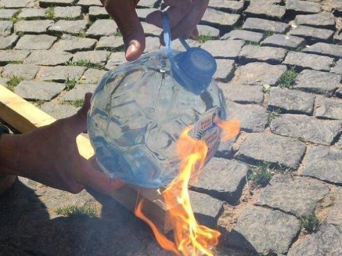 Бутылка в форме футбольного мяча, которая превращается в сферическую лупу, и под воздействием солнца, может зажечь огонь