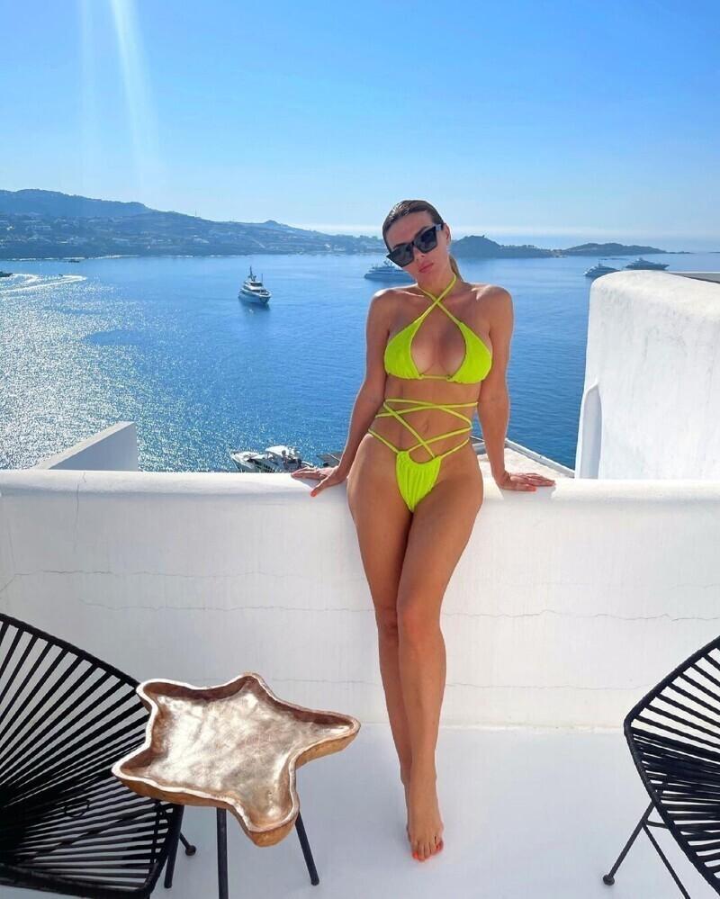 1. Анна Седокова регулярно публикует откровенные и пикантные кадры с идеальной фигурой, а вот папарацци в 2019 сделали реальный снимок певицы во время отдыха