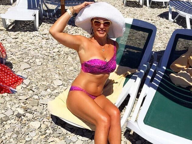 7. Алла Довлатова поделилась в соцсетях, что уже 25 лет делает массажи, занимается аквааэробикой, поэтому сохранила фигуру