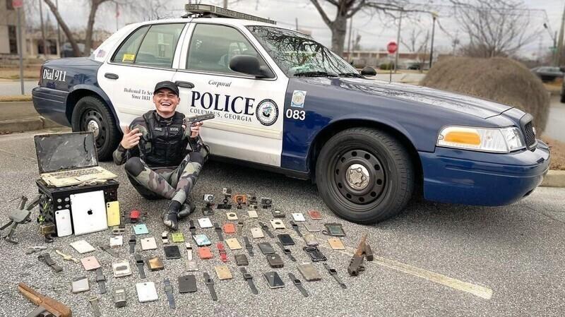Все оружие и потерянные предметы Джейк передает полицейским: некоторые его находки положили начало новым расследованиям