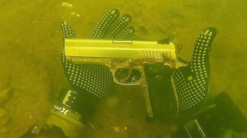 Еще один пистолет, найденный во время подводного плавания с аквалангом