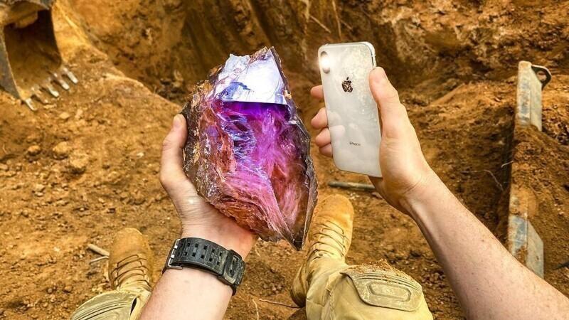 """После посещения шахты Purple Heart (""""Пурпурное сердце"""") в Южной Каролине кладоискатель выкопал большой кристалл аметиста"""