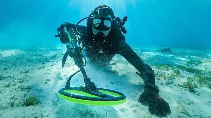 У него есть специальное оборудование: костюм, лодка, техника для погружения и поиска различных предметов, магниты и прочие девайсы