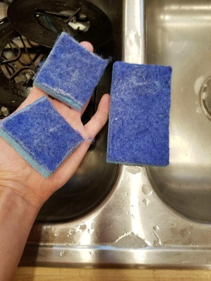 """28. """"Когда губка для посуды изживает свое, я разрезаю ее пополам, чтобы не перепутать с другими и не помыть ею посуду, и использую для уборки по дому"""""""