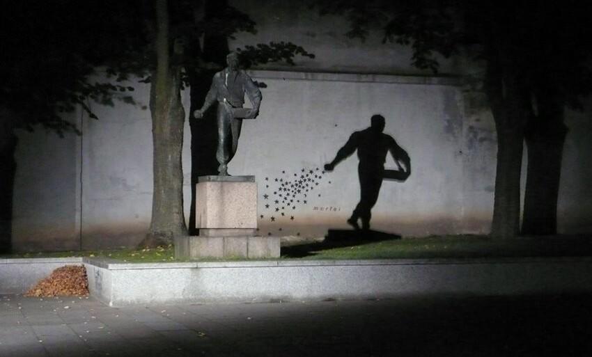 В темноте эта статуя очень романтична