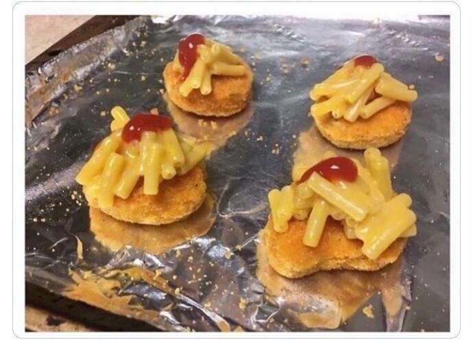 Если бы существовал конкурс на самую уродливую ресторанную еду, у этих наггетсов с пастой и томатным пюре был бы шанс