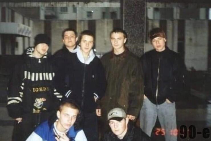 10. Ростовские рэперы: в верхнем ряду Влади и Шым (крайние справа), с нижнем - Баста (слева), 1997 год