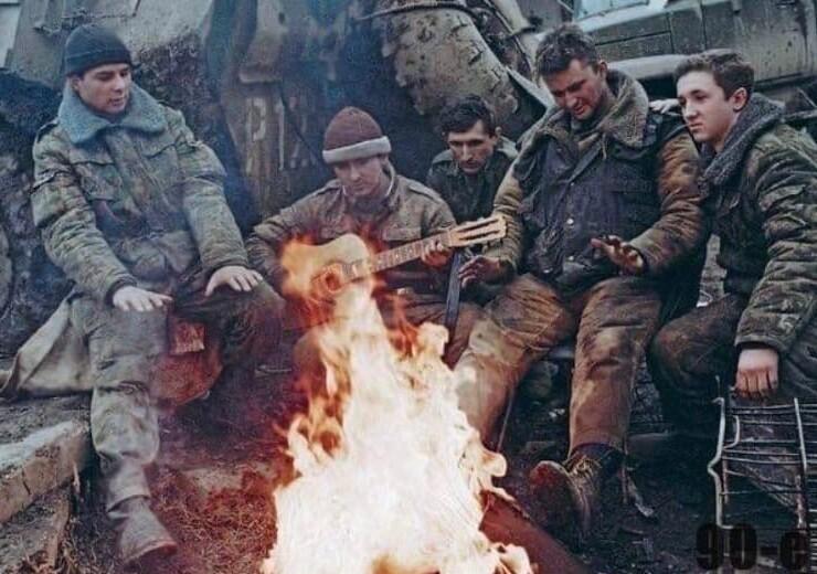 17. Российские военнослужащие в перерыве между боями. Чеченская республика, 1995 год
