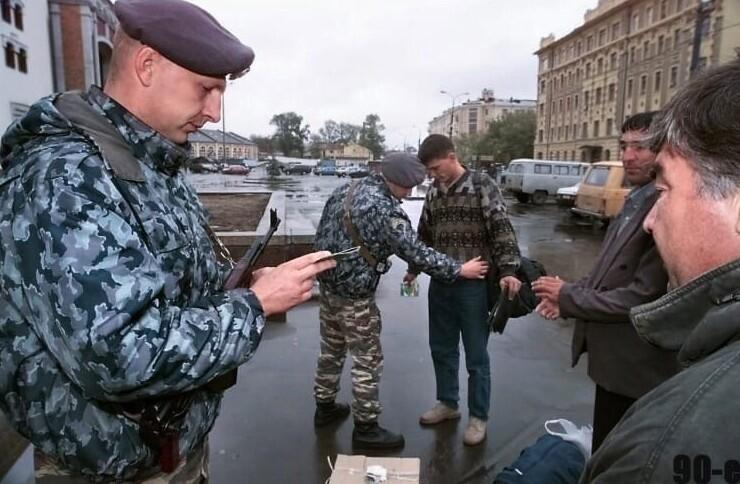 7. Обыск кавказцев сотрудниками спецназа. Казанский вокзал, Москва, 1999 год