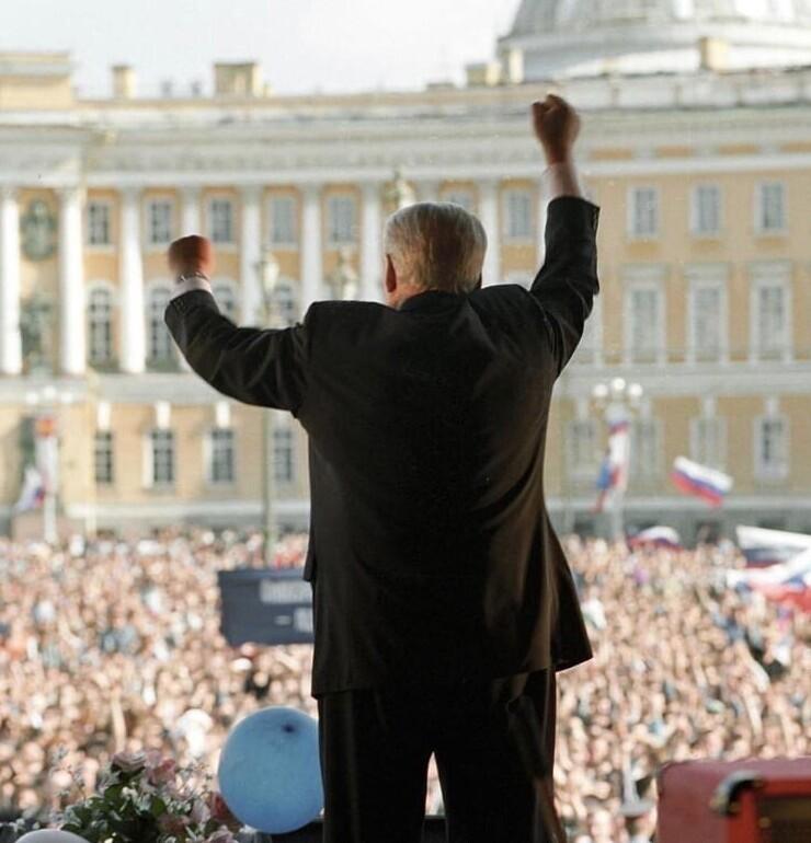 2. Выступление Ельцина на концерте-митинге на Дворцовой площади. 1996 год