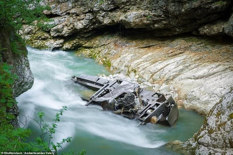 Заброшенный локомотив в Гуамском ущелье, Краснодарский край