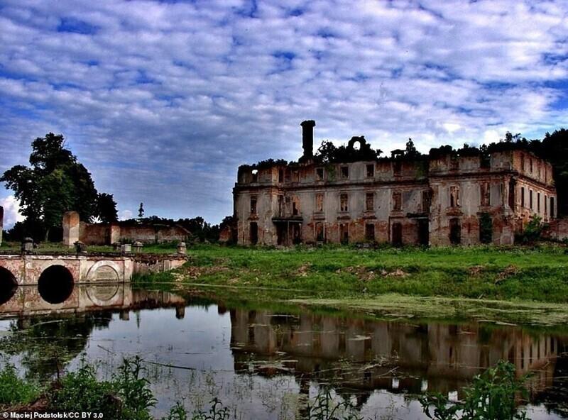Замок Шлобиттен в деревне Слобиты, Польша