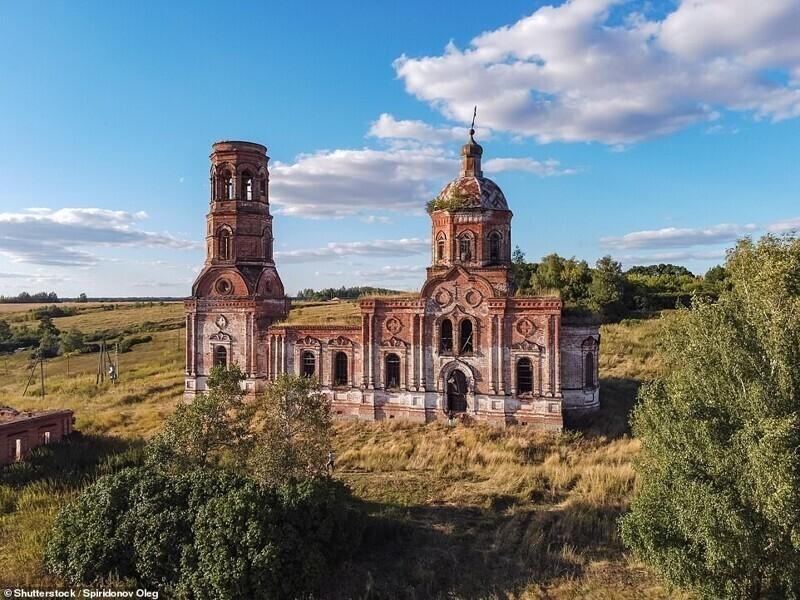Заброшенная церковь в небольшом российском селе Засечное, Пензенская область