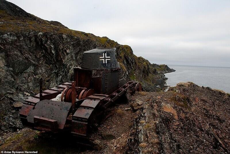 Заброшенный танк недалеко от норвежской деревушки Veidnes на северо-востоке страны