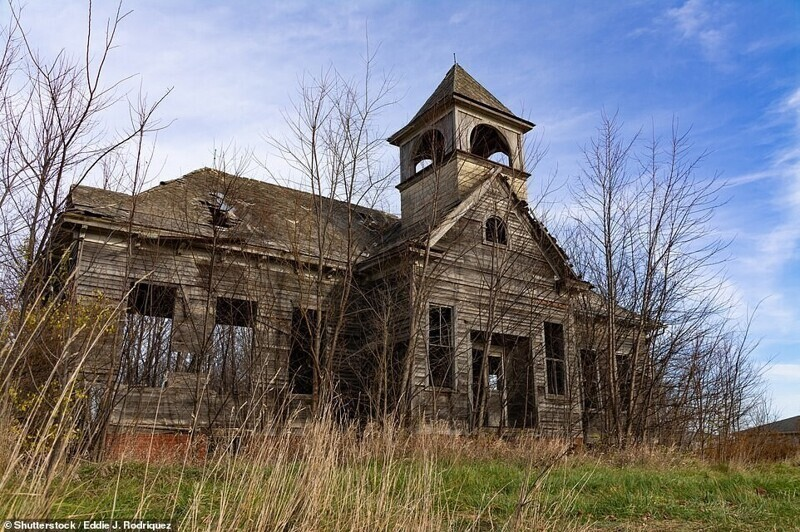 Заброшенная школа в сообществе Элмайра, штат Иллинойс, США