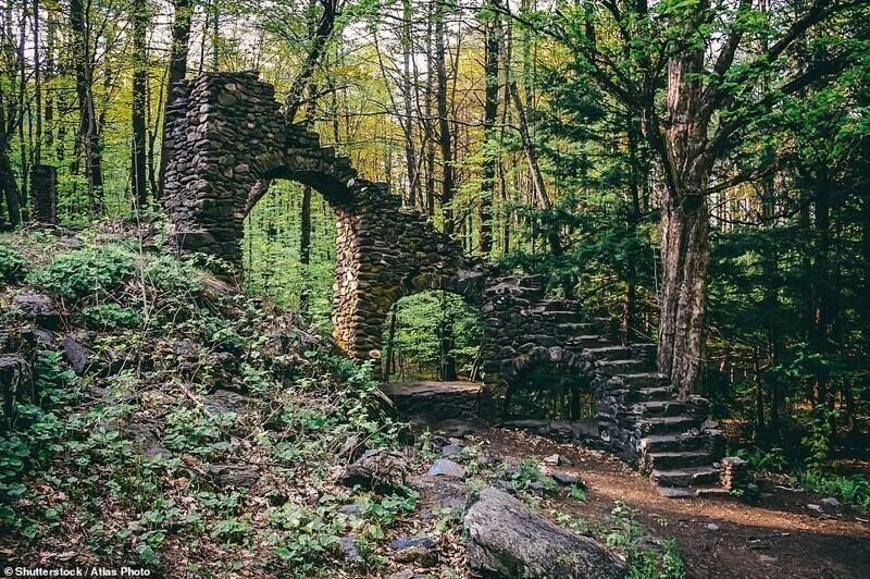Остатки сгоревшего особняка в Честерфилде, штат Нью-Гэмпшир, США