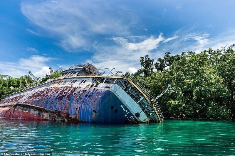 Круизное судно MS World Discoverer в заливе Родерик на Соломоновых островах