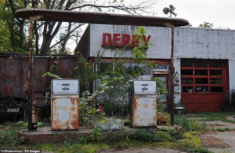 Заброшенная автомобильная заправка и станция техобслуживания Derby в городе Сент-Джеймс, штат Миссури, США
