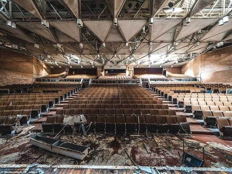 Аудитория заброшенной средней школы в Детройте, США