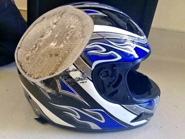 6. Мотоциклетный шлем после падения на скорости 110 км/ч