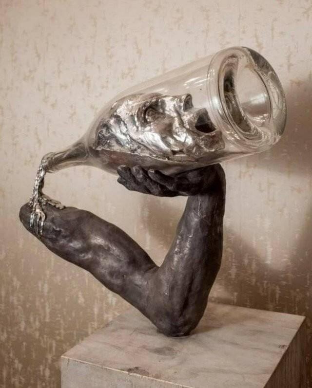"""15. Скульптура, основанная на цитате Фрэнсиса Скотта Фицджеральда: """"Сначала ты выпиваешь алкоголь, затем алкоголь выпивает алкоголь, а потом алкоголь выпивает тебя"""""""