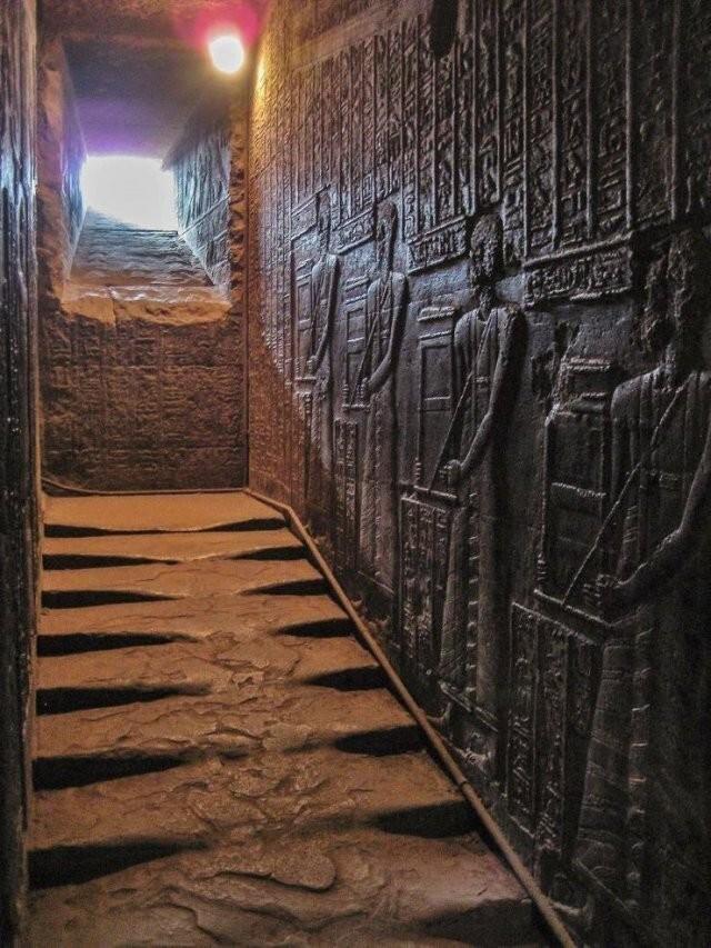 19. Храм богини Хатор, Египет. Этой расплавленной лестнице 2300 лет