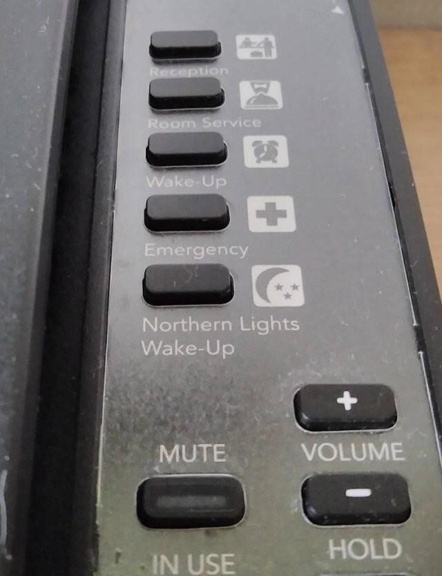 3. В отелях Исландии на телефоне есть специальная кнопка: если ее нажать, вас разбудят, когда будет видно северное сияние