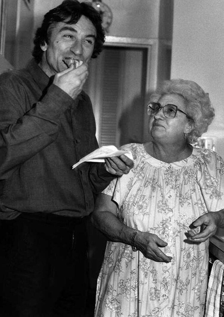 Роберт Де Ниро с матерью Мартина Скорсезе. Раньше она готовила для актеров и съемочной группы на съемках фильмов своего сына, 1980-е