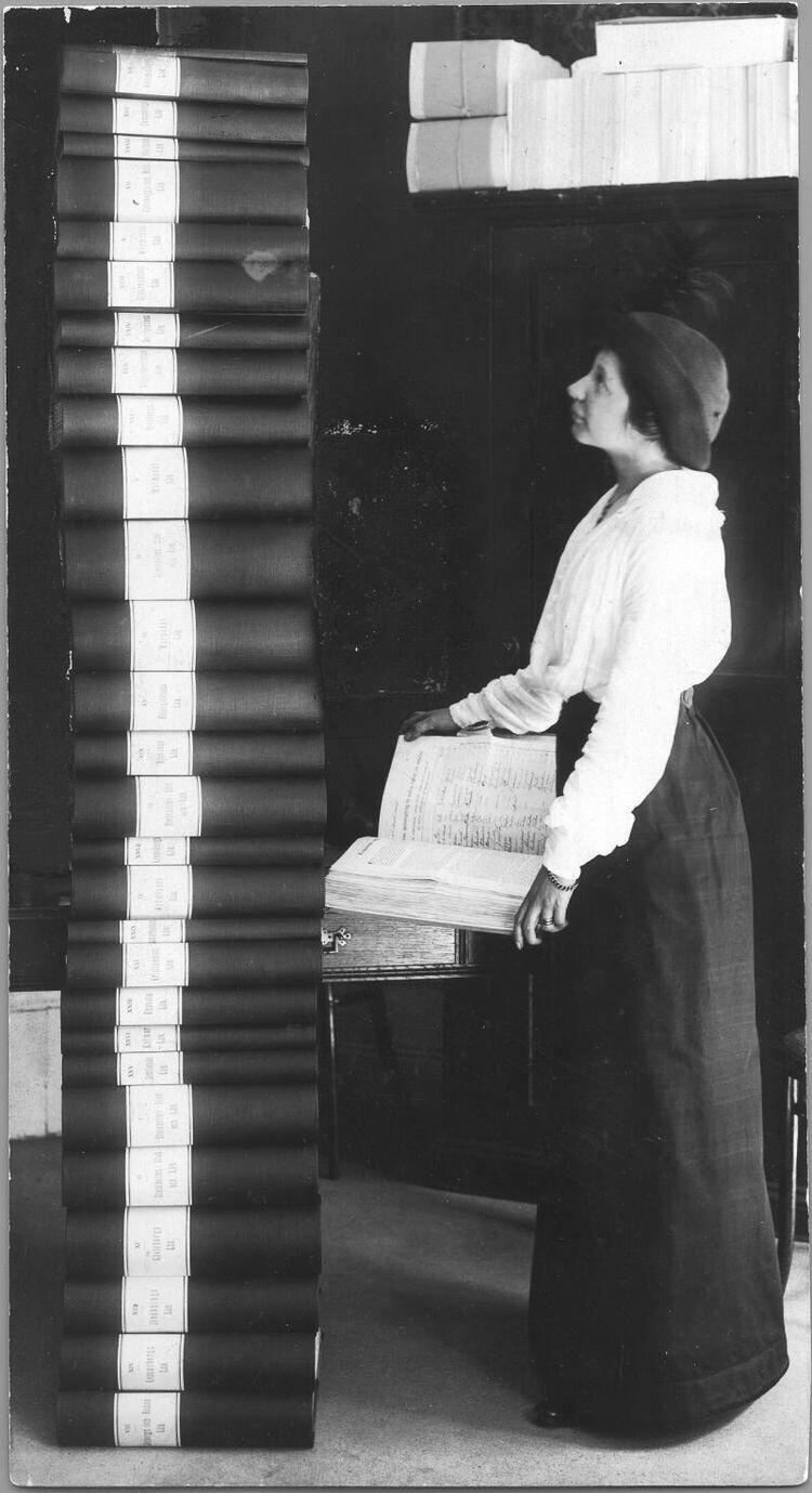 Шведская активистка Элин Вагнер стоит напротив «стопки подписей» под петицией с требованием предоставить женщинам право голоса. Всего было собрано 351 454 подписи. Швеция, 1914 год