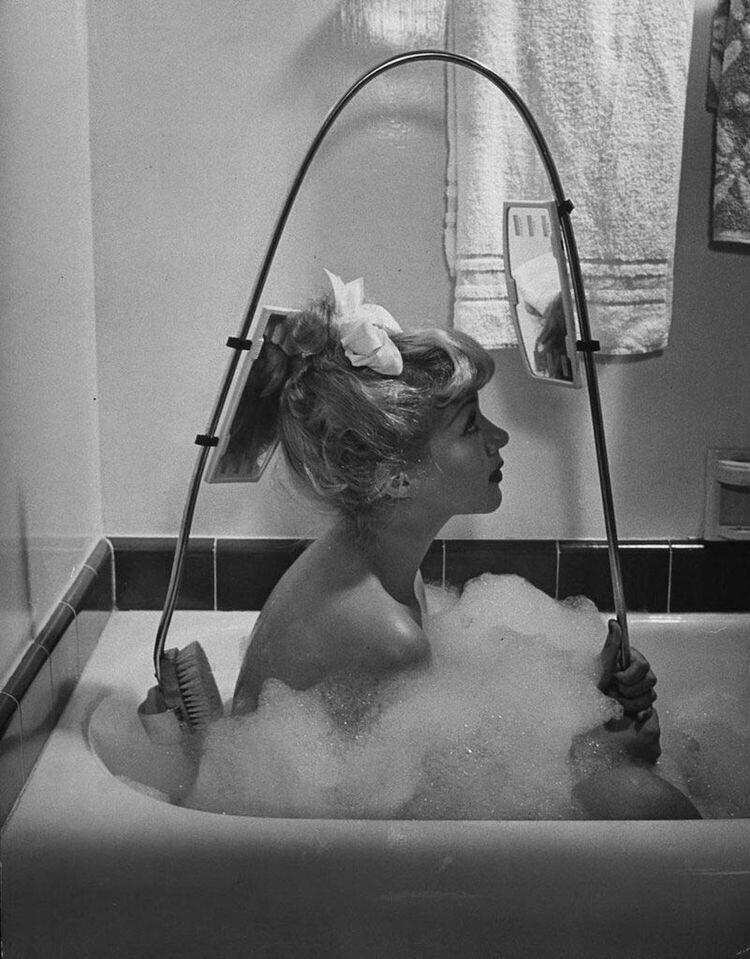 Щёточка для спины с зеркалом заднего вида, 1947 год