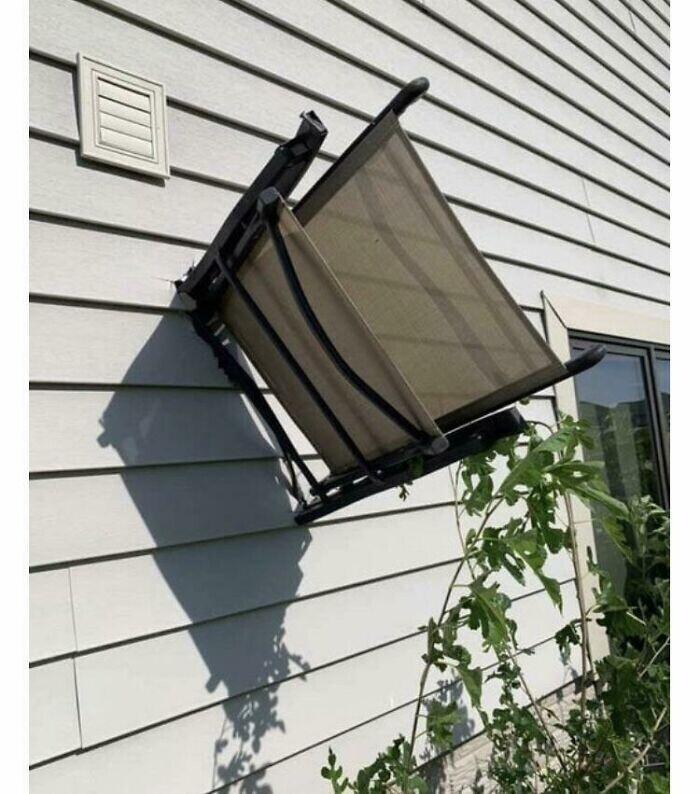 Оказывается, ветер, дующий со скоростью 250 км/ч, может воткнуть садовое кресло в стену дома