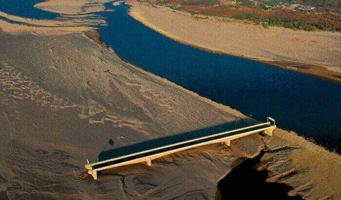 Ураган Митчизменил течение реки Чолутека в Гондурасе,  и недавно построенный мост в один день стал бесполезен