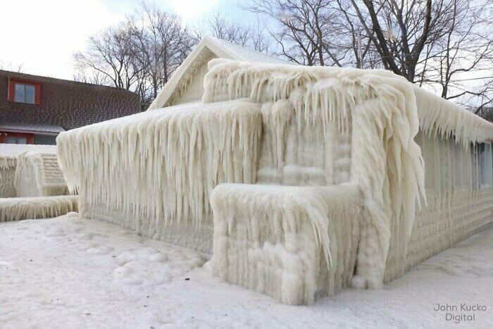 Если ты живешь у большого озера, то во время ледяного шторма на улицу не выйдешь