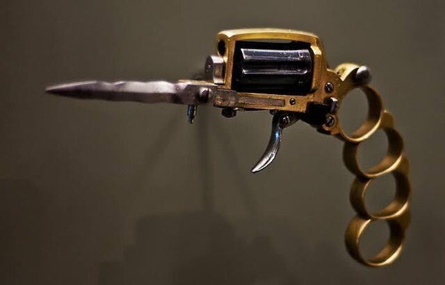 """В начале 1900-х годов французские гангстеры использовали оружие под названием """"Апачский револьвер"""", которое выполняло функции револьвера, ножа и кастета"""