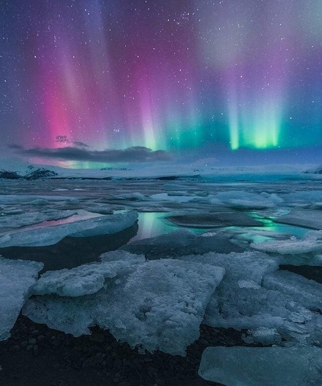 Исландия, северное сияние над ледниковой лагуной Йокульсарлон