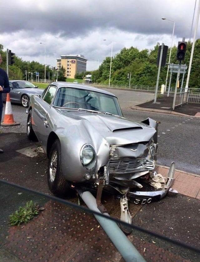 9. Кто-то врезался в автомобиль Aston Martin стоимостью £1,5 миллиона (130 миллионов рублей)