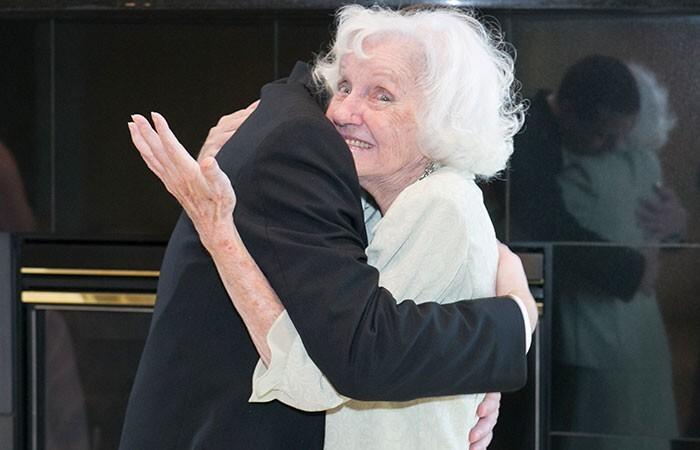 """26. """"У моей бабули Альцгеймер. Она пришла на мою свадьбу и спросила: """"Ну что, где тело?"""""""