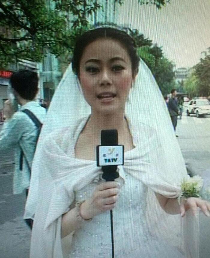 33. Репортер выходила замуж, когда в Сычуани произошло землетрясение. Она немедленно отправилась на работу