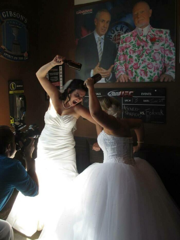 """34. """"Моя сестра хотела сделать пару свадебных фото в любимом пабе, но встретила там другую невесту"""""""