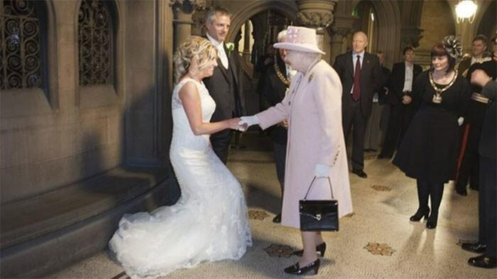 6. В 2012 году пара из Великобритании в шутку пригласила на свадьбу королеву, а она взяла и пришла
