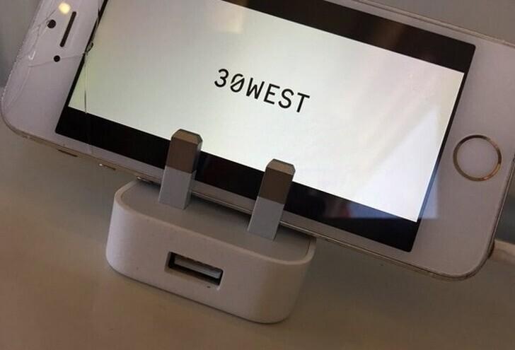 Зарядка для айфона отлично подойдет в качестве подставки под него же в кафе, поезде или самолете