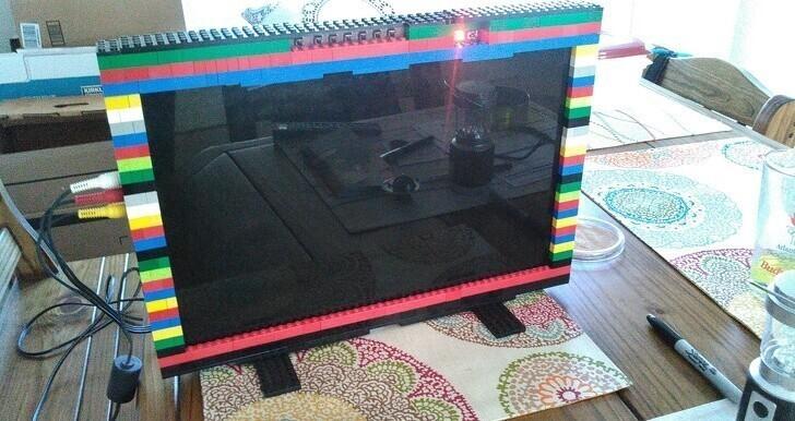 """""""Я сделал телевизор LEGO из лишнего экрана от ноутбука"""""""