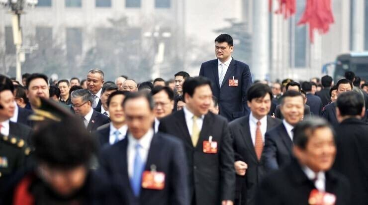 Китайский баскетболист Яо Мин в толпе соотечественников