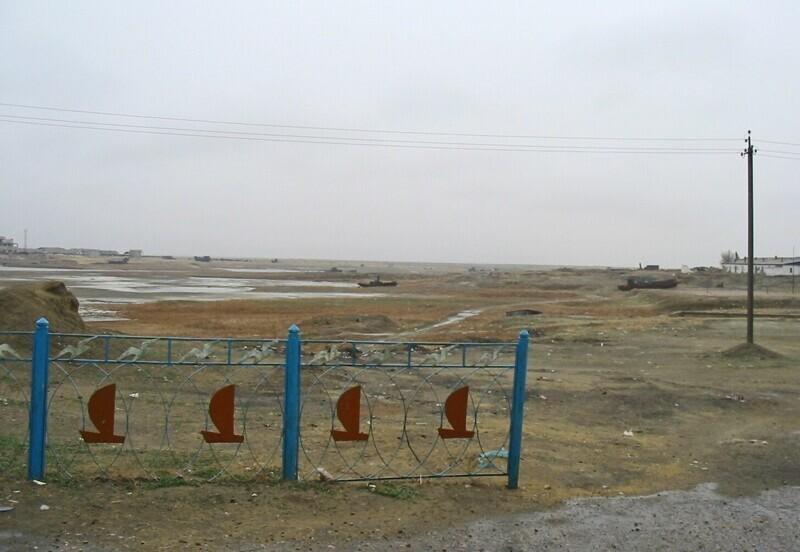 Это - порт города Аральск в Казахстане. Когда-то он был центром рыболовства, но во второй половине XX века здесь произошло резкое снижение уровня Аральского моря. С 90-х город официально входит в приаральскую зону экологического бедствия