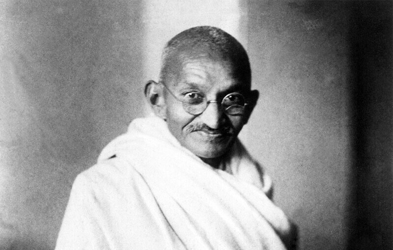 В 1934 году Махатма Ганди оценил свой автограф в 5 рупий, чтобы собрать деньги на благотворительность. Он решился на это, когда Британская организация, руководящая его фондом, отказалась помочь
