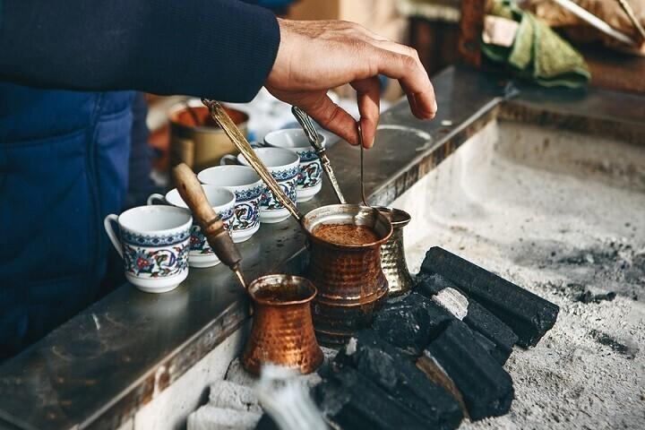 В Турции есть традиция: когда жених с родственниками приходит свататься, невеста готовит турецкий кофе и добавляет в чашку жениха много соли. Если он спокойно выпил кофе, он терпелив и готов к семейной жизни