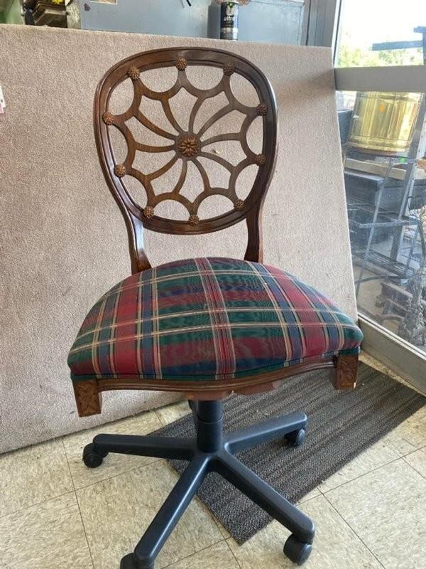 18. «Обеденный стул, который кое-как приделали к нижней части офисного кресла»